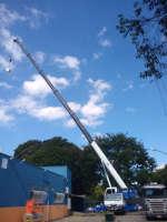 Guindaste ATF 90 em operação de içamento e instalação de ar condicionado em Taubaté/SP