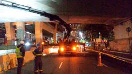 O guindaste articulado Hiab 377/2 em operação de manutenção de ponte
