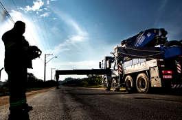 Quais são as premissas básicas da montagem de guindastes nas operações de movimentação de cargas?