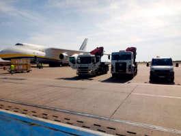 Cunzolo e Antonov - veja o encontro e o içamento de fuselagens de um jato da Embraer