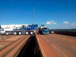 Içamento de stoplogs com guindaste rodoviário ATF 220