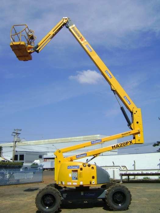 A PTA com Lança Articulada Haulotte HA20PX é uma plataforma da linha HA, robusta e segura em sua utilização, seja em ambientes externos ou internos que contém obstáculos de trabalho.