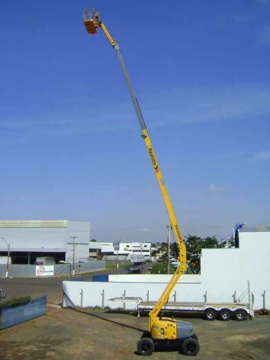 A Plataforma com Lança Articulada Haulotte HA260PX é a diesel e possui seu maior diferencial está na altura do piso até o solo: 0,42 metros livre para movimentação em diversos tipos de terrenos.
