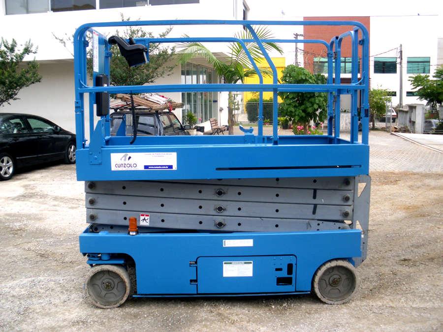 A Plataforma Tipo Tesoura - Pantográfica -  JLG GS2646  não emite gases e tem baixo ruído, ideal para ambientes internos. Plataforma com raio de giro pequeno para maior manobrabilidade. Pode ser carregada em tomada comum.