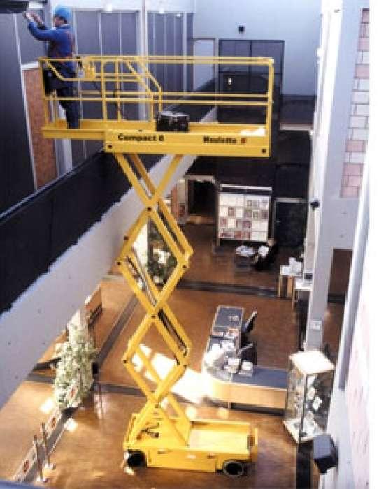 Altura de Trabalho: 12m. Capacidade: 2 pessoas - 300 kg. Largura da Plataforma: 1,20m.