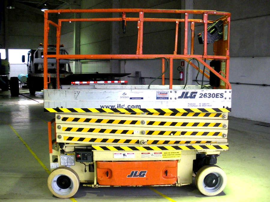 A Plataforma Tipo Tesoura - Pantográfica - JLG 2630 trabalha sem emissão de gases e com baixo ruído. Ideal parar trabalhos em ambientes internos, podendo trabalhar também em ambientes externos. Pode ser carregada em tomadas comuns.