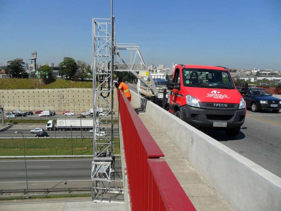 A Barin é uma PTA montada sobre caminhão que permite acesso abaixo de pontes, em grau negativo, para manutenções com o uso de ferramentas pneumáticas e elétricas em conjunto com o cesto.