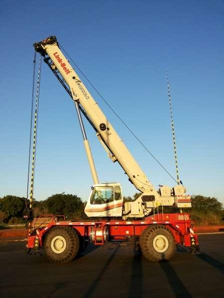 O Guindaste Autopropelido Link Belt RTC 8065 é do tipo RT (rough terrain) para terrenos acidentados, ideal, portanto, para obras industriais e civis.Possui tração e esterça todas as rodas, possibilitando a operação em 360°.