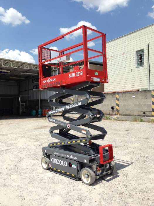 A Plataforma Tipo Pantográfica SkyJack SJIII 3219 é recomendada para uso em ambientes internos com capacidade de inclinação de 30% e pneus de borrachas sólidas que não marcam o chão.