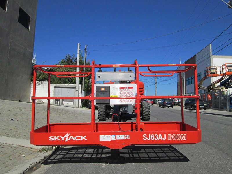 A Plataforma com Lança Articulada SkyJack SJ 63AJ é uma PTA versátil para trabalhos em espaços reduzidos, ideal para ambientes internos ou externos.