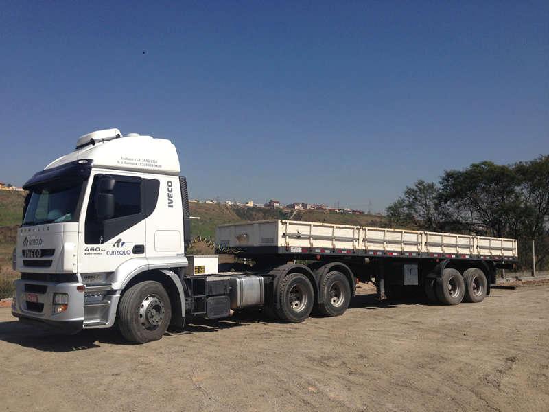 A carreta carga seca 02 eixos carrega cargas secas em geral de forma segura e rápida, podendo transitar em diversos tipos de terreno e sem restrições de horário em estradas e rodovias.