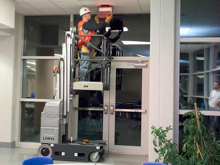 A Plataforma Individual JLG 20 MVL é ideal para manutenções e reparos em locais de alcance elevado,proporcionandoeficiência e segurança em seus trabalhos.