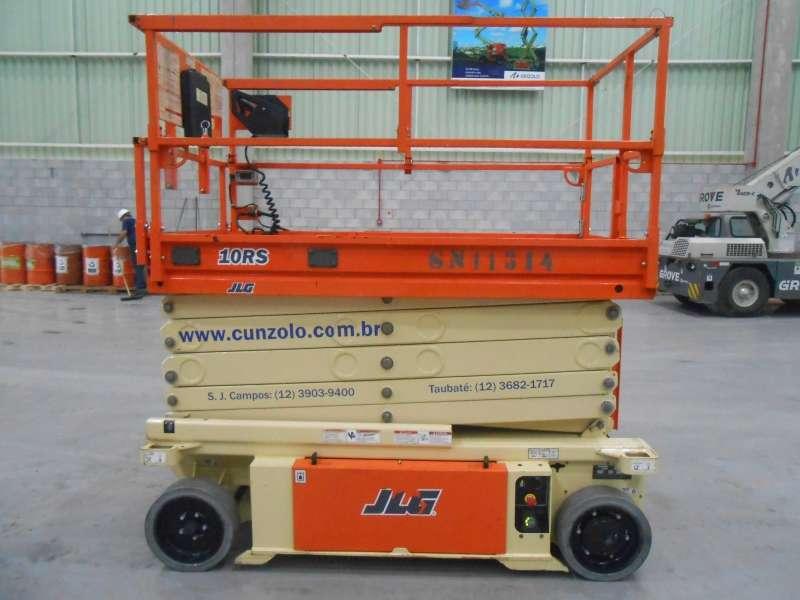 A Plataforma Tipo Tesoura - Pantográfica - JLG 3248 é uma PTA compacta com sistema moderno. Sua capacidade de atravessar inclinações de até 25% proporciona performance diferenciada.