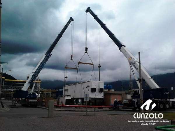 Içamento de Container em Caraguatatuba -SP com guindaste rodoviário ATF 110 com raio operacional de 14 metros e um guindaste rodoviário ATF 220 com raio operacional de 20 metros para realizar o içamento de um container elétrico.