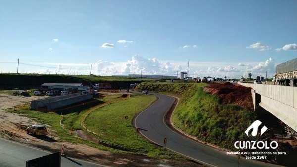 Transporte de Vigas na Duplicação da Rodovia Anhanguera (km 135) - Dois Dollys ficaram responsáveis pelo transporte das vigas e o carregamento e transporte foi realizado por dois guindastes de 100 toneladas, um LTM1100 e um GMK5110.