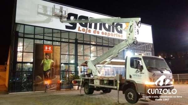 A Cunzolo realizou a troca da fachada de uma loja em São José dos Campos - SP. Foi utilizada a Plataforma montada sobre caminhão Multitel 270 atingindo 27,30 metros de altura e com capacidade de 225 kg (2 pessoas).