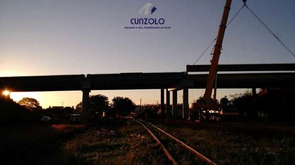 A equipe Cunzolo realizou o carregamento, transporte e montagem de 27 vigas. O trabalho foi realizado com dois Guindastes de 220 toneladas, sendo um o GMK5220 e o outro o LTM1200, além de mais quatro Dollys.