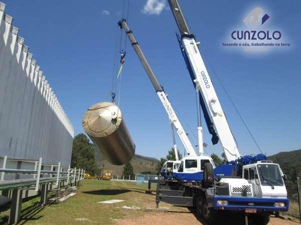A Cunzolo realizou o içamento de um tanque com peso de 2.5 tonelada. Para efetuar esse trabalho foi necessário utilizar dois Guindastes Rodoviários Tadano GT 600B e o Tadano TS300BR.