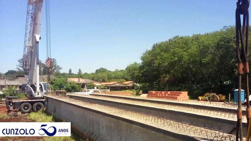 Transporte e Içamento de Vigas em Rio Claro -SP, realizado com prancha e Guindaste Rodoviário.