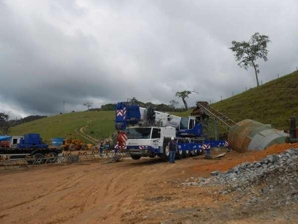 A Cunzolo realizou a montagem de um britador com peso de 23 toneladas. Como o terreno era de difícil acesso, e a peça estava muito distante do guindaste, foi necessário posicionar bem o equipamento para chegar mais próximo possível do local indicado.
