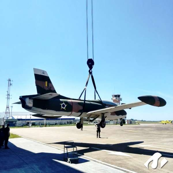 O primeiro avião de caça a jato fabricado no Brasil foi transportado e içado pela equipe Cunzolo em São José dos Campos-SP.