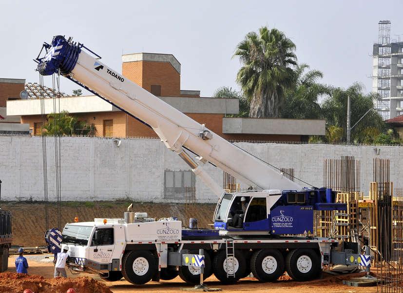 O Guindaste Rodoviário Tadano ATF 110 possui capacidade para 110 toneladas. Comprimento da Lança: 13 metros a 52 metros JIB 9,5 metros a 30 metros.