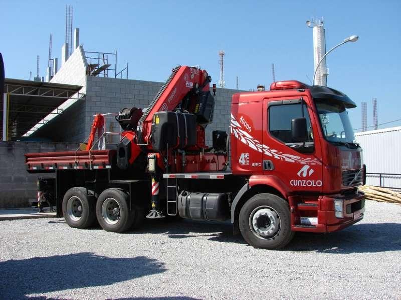 O Guindaste Articulado Fassi F560 AXP.26 (Guindauto) tem lanças hidráulicas comandadas por alavanca localizada entre a carroceria e a cabine. Indicado para o transporte de pequenas cargas, sendo muito utilizado em obras civis e industriais.